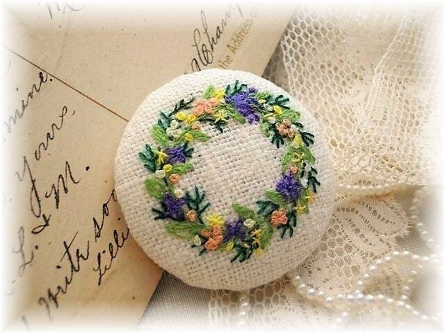 フラワーリース リネン手刺繍ブローチ 送料無料の画像1枚目
