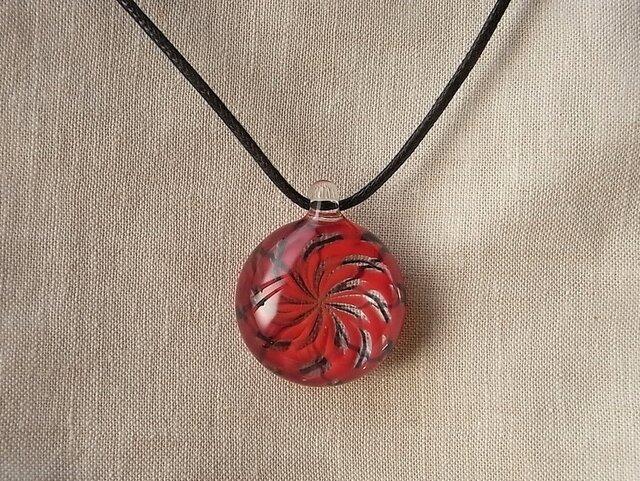 バラ窓のネックレス・赤×黒・ガラス製の画像1枚目