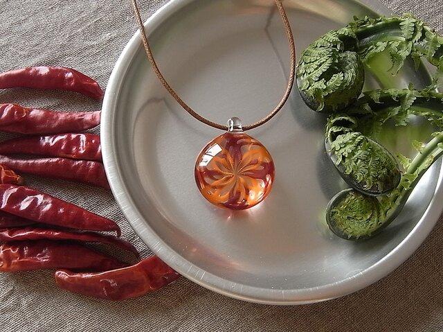 バラ窓のネックレス・赤×オレンジ・ガラス製の画像1枚目
