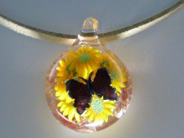 花とレリーフ蝶NO.3(ガラス、花、蝶、ペンダント)の画像1枚目