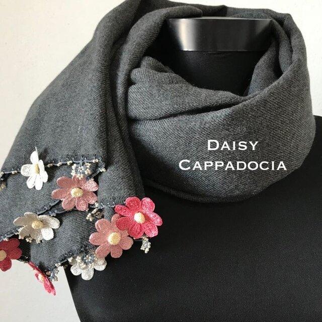 刺繍のお花つき パシュミナストール「デイジー」 チャコールグレーの画像1枚目