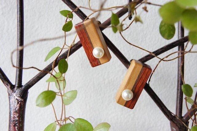 """木のいろ、トリコロールとパールのイヤリング """"rose en hiver""""の画像1枚目"""