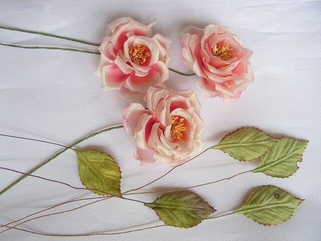 素材用 シルクの小バラと葉っぱの画像1枚目