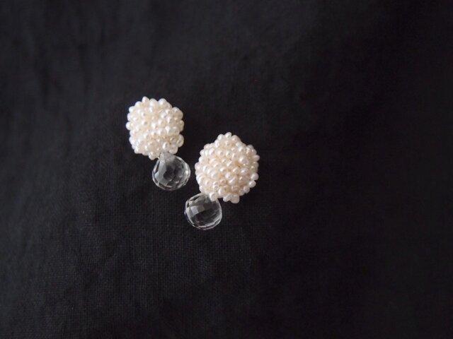 【真珠の刺繍ピアス】crystal × seed pearl・onionの画像1枚目