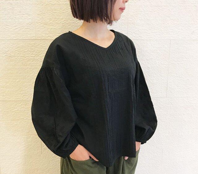 Lサイズ、コットン手刺繍とピンタックのふっくら袖ブラウス、黒の画像1枚目