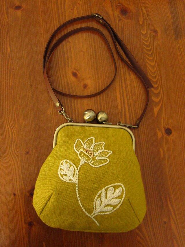 手刺繍おお玉がま口・ポシェット(白い花)の画像1枚目