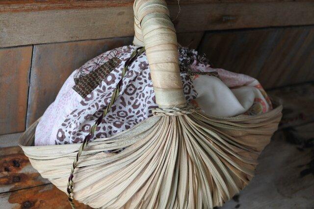 ウヴァ葉で造られたバスケット 巾着付き ピンクの画像1枚目