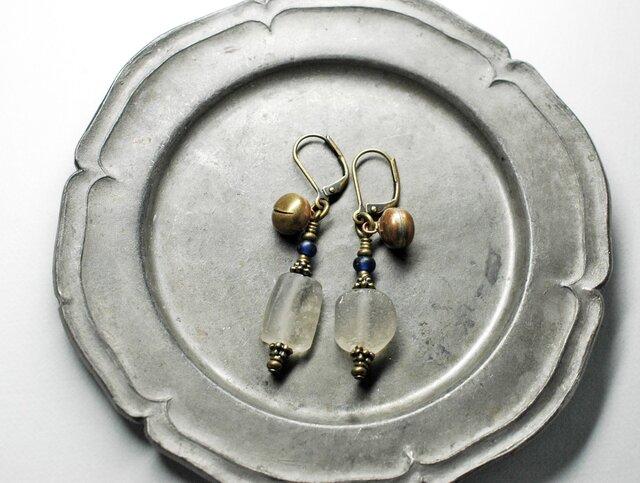 素朴な雰囲気のローマングラスと鈴のアンシメトリーピアス(ブルー)の画像1枚目