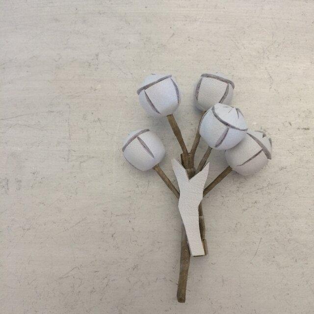 ユーカリの実のブローチ(白)の画像1枚目