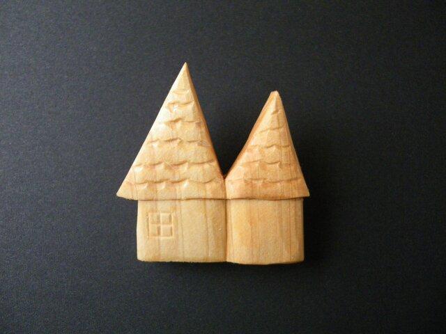 k 木彫りブローチ お家の画像1枚目