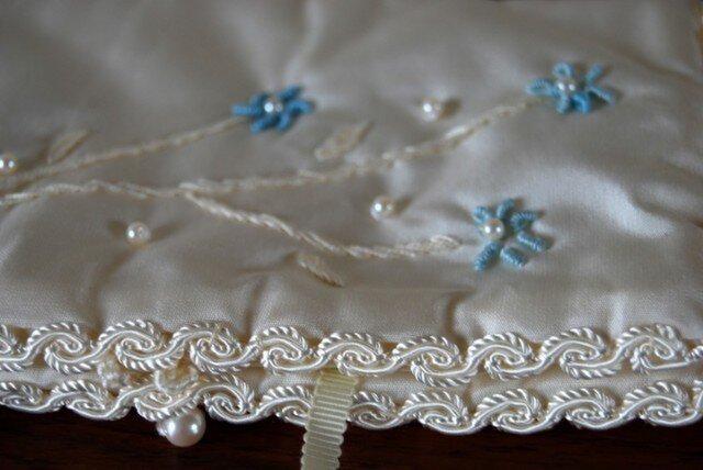 小花の刺繍のジュエリー&ハンカチ ケースの画像1枚目