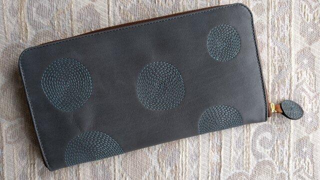 刺繍革財布『ぐるぐる』インディゴグレー×深水色(牛革)の画像1枚目