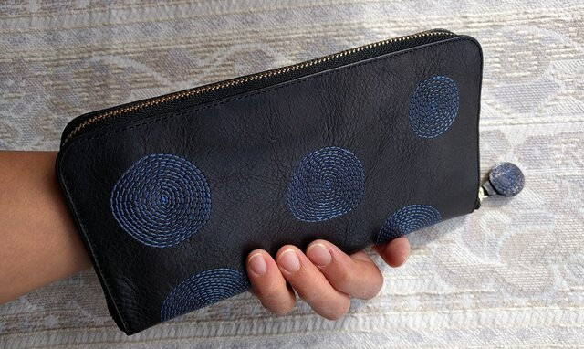 刺繍革財布『ぐるぐる』黒×ブルー(牛革)の画像1枚目