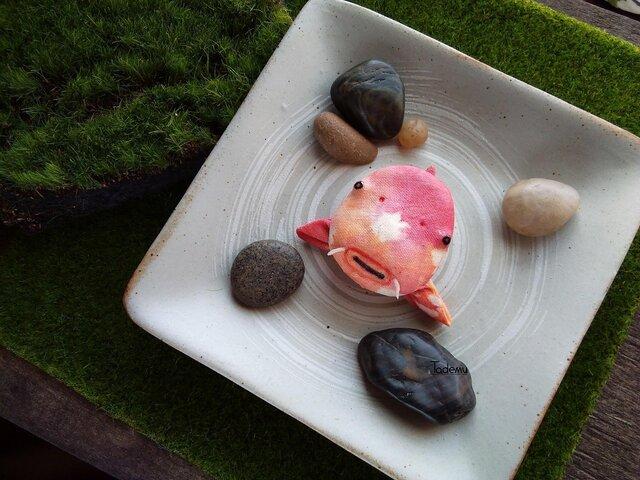 池からぷほっと顔を出した錦鯉(にしきごい)ブローチ OrRの画像1枚目
