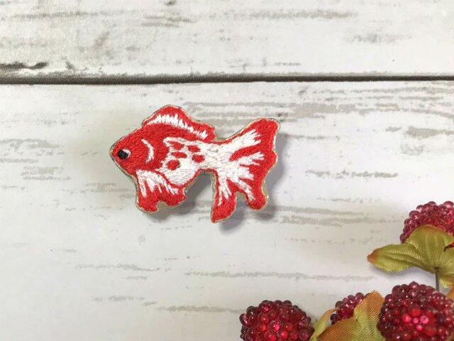 手刺繍ブローチ*金魚の画像1枚目