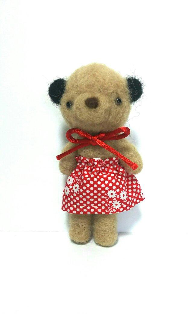 赤いスカートがお似合いのクマさんの画像1枚目