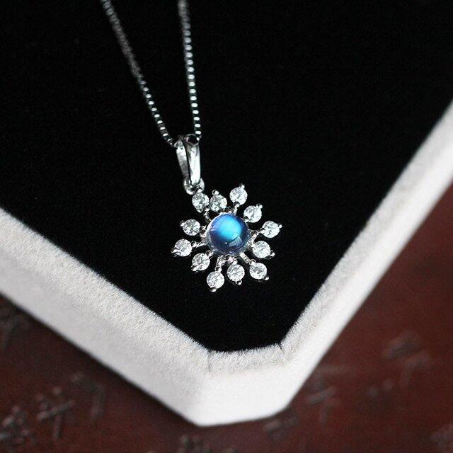 雪の結晶 ムーンストーンのネックレス 6月誕生石 恋の予感、健康と幸運、富、長寿を象徴する石の画像1枚目