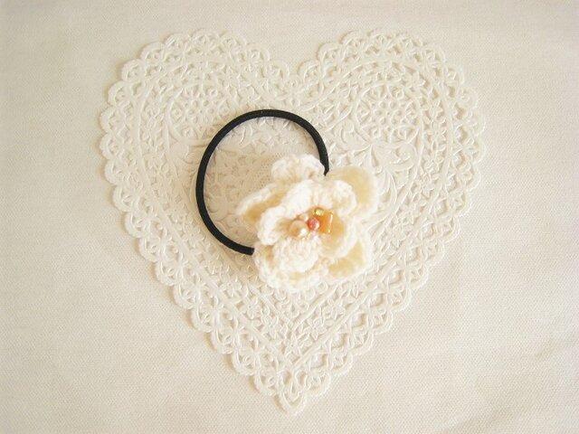 可愛いフラワーモチーフのヘアゴム(ホワイト)の画像1枚目