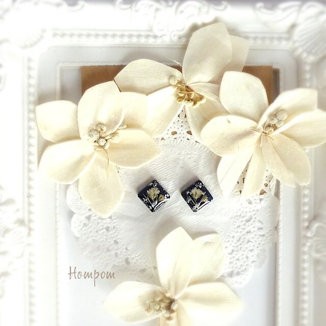 18p088・白いかすみ草の四角い1粒ピアス☆ネイビー ホムポムの画像1枚目