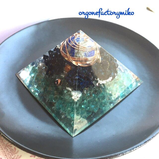 まん丸ラピスラズリ 大ピラミッド型 幸運メモリーオイル入り アパタイト カイヤナイト 世界 絆 オルゴナイトの画像1枚目