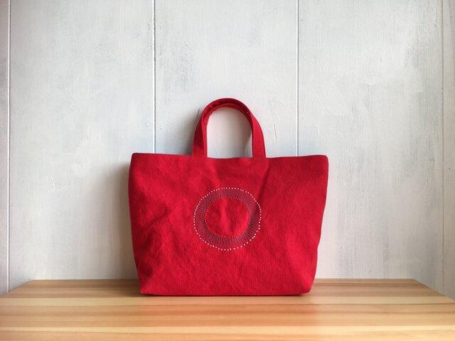 刺繍入り赤い鞄の画像1枚目