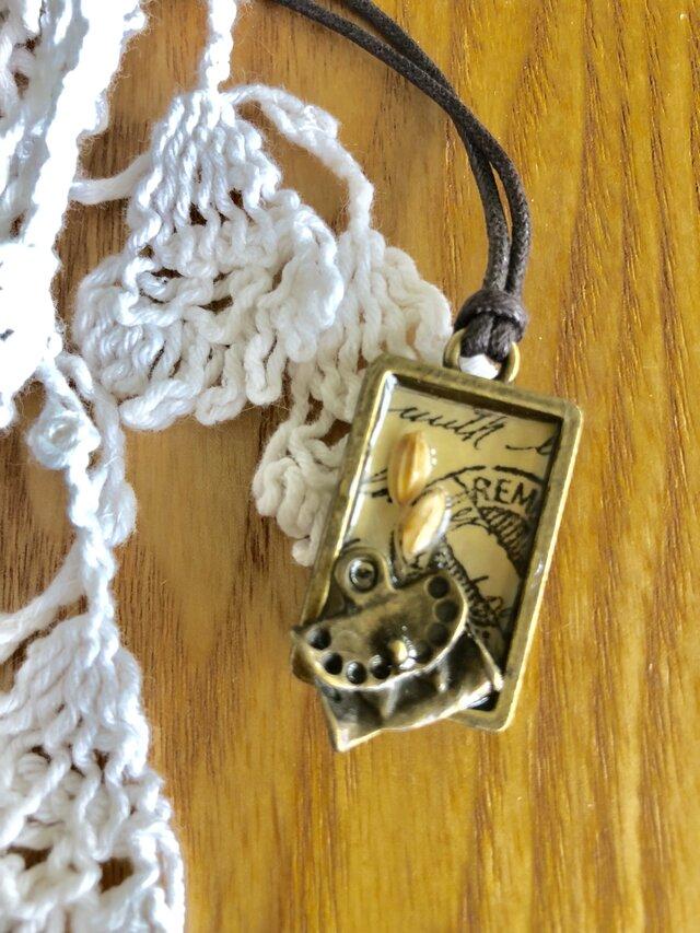 送料込・レジンのネックレス・カバンともみ殻とアルファベットの画像1枚目
