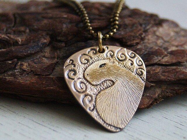 振り向けばカピバラ、唐草の中で 真鍮ペンダントネックレスの画像1枚目