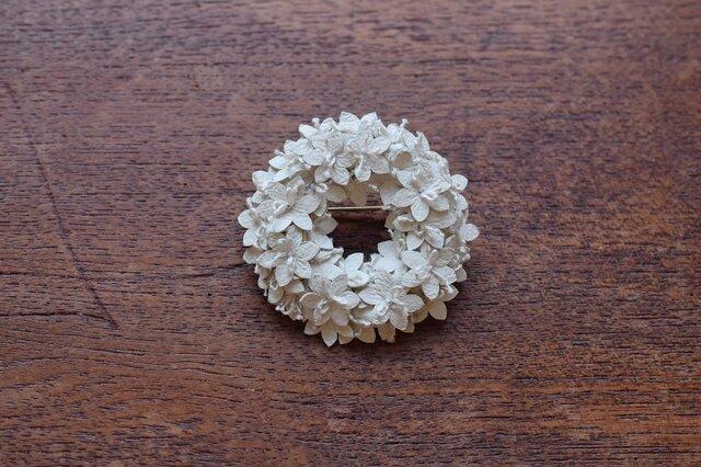 白い花のリングブローチの画像1枚目