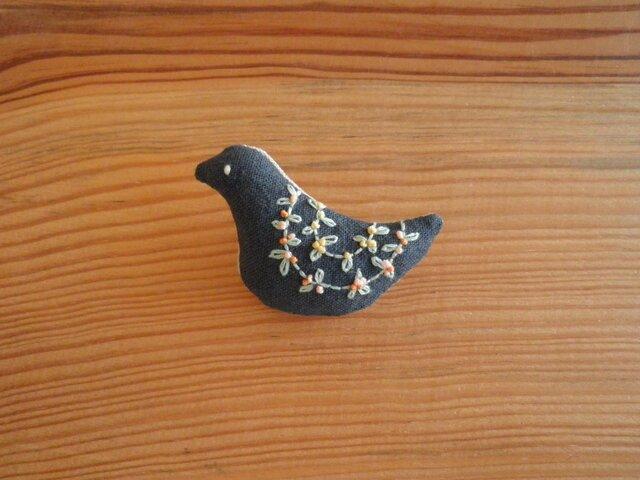 小鳥のブローチ チャコールグレー、小花の刺繍の画像1枚目