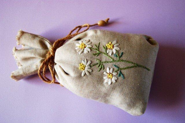 リネンのハーブ刺繍のサシェ〈カモミール〉の画像1枚目