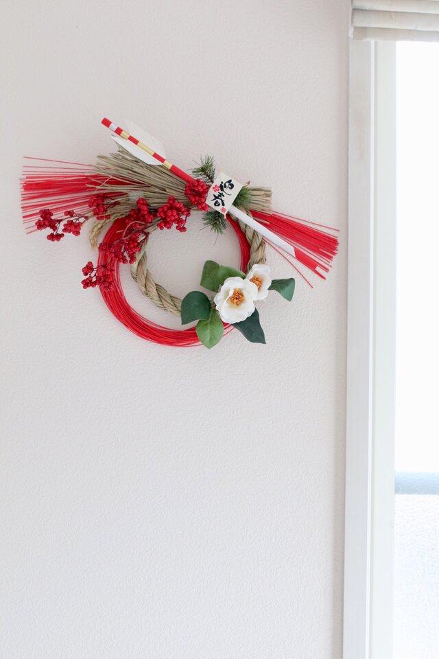 破魔矢で開運!椿と真っ赤な実のスタイリュシュなしめ縄  智の花の画像1枚目