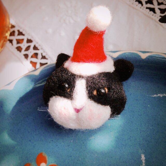 【羊毛フェルト】ハチワレ猫サンタのマグネットの画像1枚目