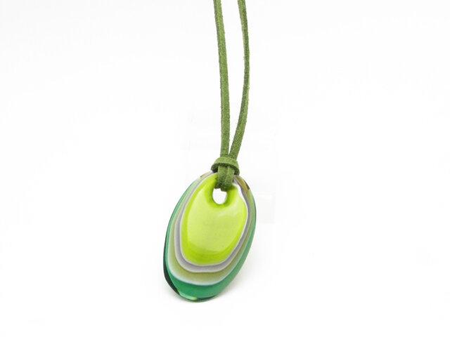 重なるガラスのペンダント(緑色)の画像1枚目