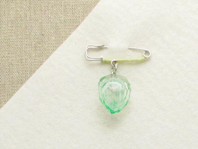 カットガラスのピンブローチー薄緑の画像1枚目