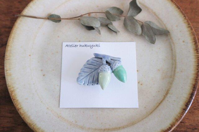 磁器で作ったどんぐりのブローチまたは帯留め ( 緑色 )の画像1枚目