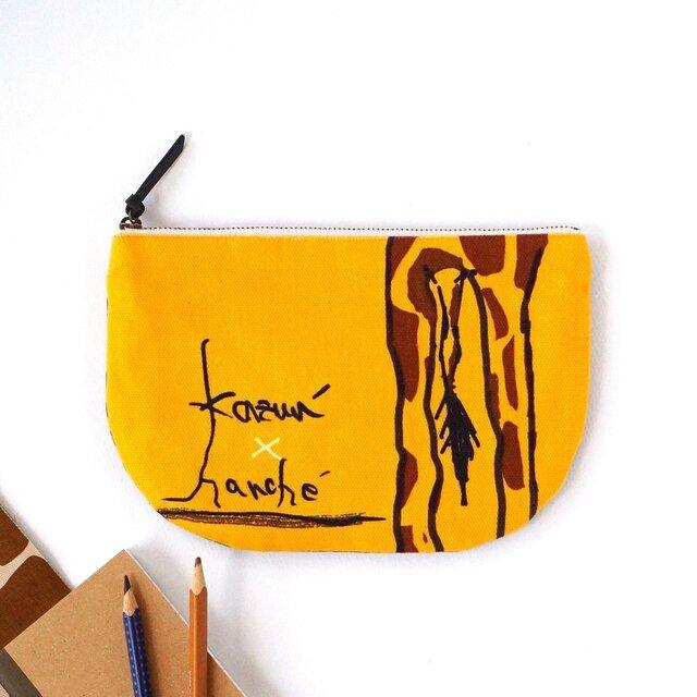 オリジナル!キリンのお尻半月型ポーチ・kazun'×harche'コラボ(黄色×迷彩)の画像1枚目