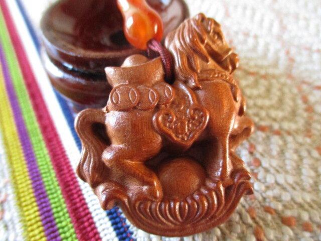 いち様ご予約 1点再入荷「商売繁盛」馬彫り 宝瓶型瑪瑙 花梨木お紐仕立てストラップの画像1枚目