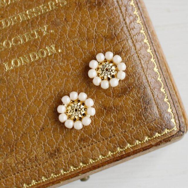 アンティークレトロなお花の小ぶりイヤリングの画像1枚目