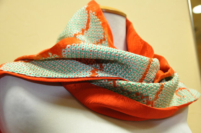 オレンジ・グリンピースの幾何学絞り柄 スカーフ送料無料の画像1枚目