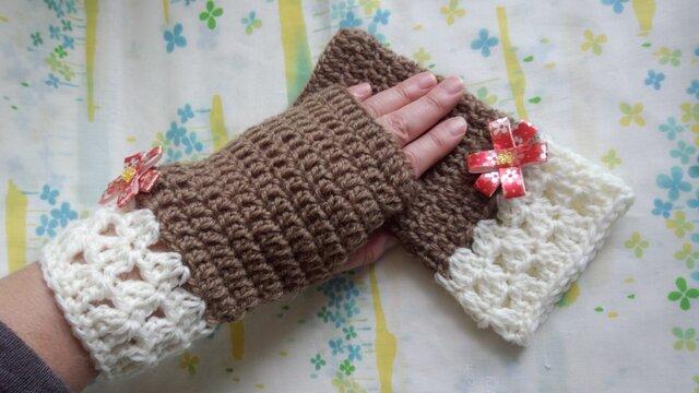 手縫い屋☆編み編みハンドウォーマー☆リボン花付き☆ウール100%☆マロン色&白☆大人な組合せの画像1枚目