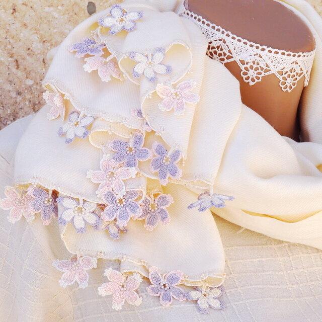 【受注製作】レースの花付き パシュミナストール「桜/2辺」ミルクホワイトの画像1枚目