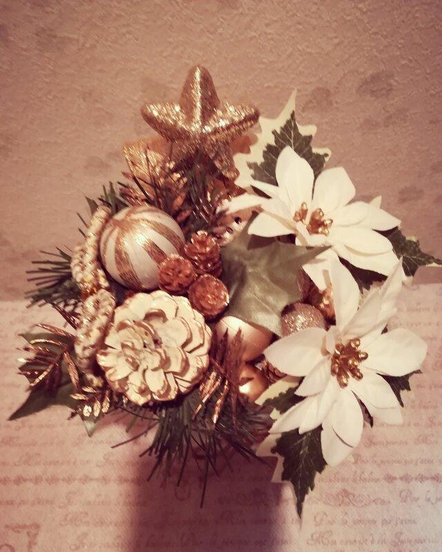 ホワイト×ゴールド ポインセチアのクリスマスアレンジMの画像1枚目