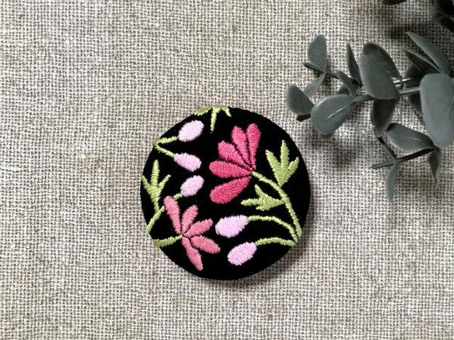 手刺繍ブローチ*桃色の花(黒)の画像1枚目