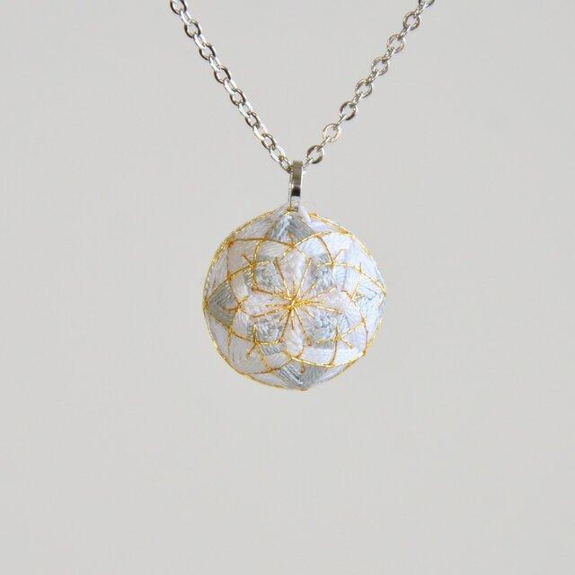 絹糸のまめてまりのネックレス白銀の画像1枚目