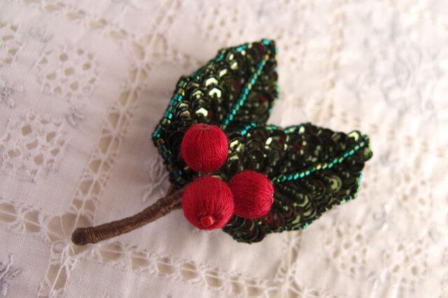 赤い実の柊ブローチの画像1枚目