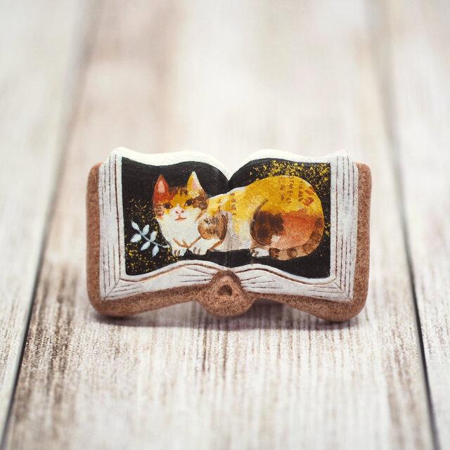 絵本ブローチ《三毛猫ミーコ》【手描きイラスト・陶器・陶土ブローチ】の画像1枚目