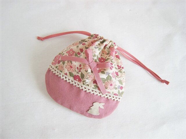 かわいいリボンとうさぎを付けた花柄ミニ巾着袋(ピンク)の画像1枚目