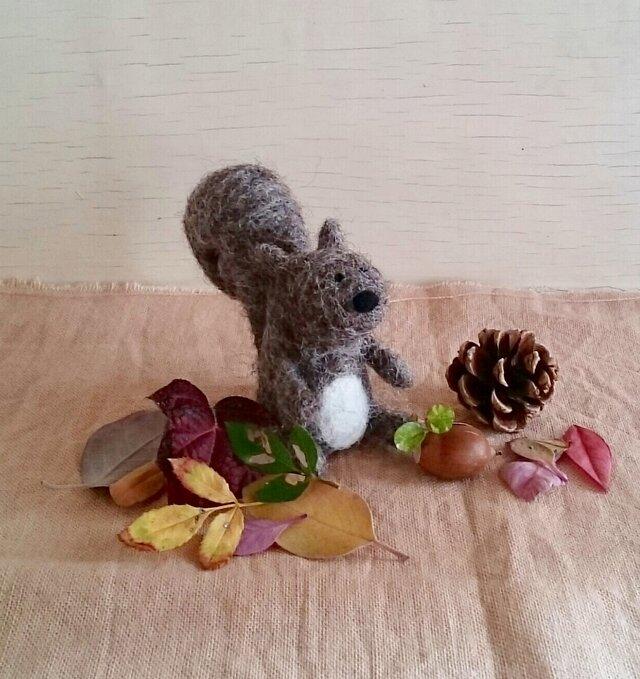 再販 : 羊毛フェルトの小さなリスくん〜冬支度〜の画像1枚目