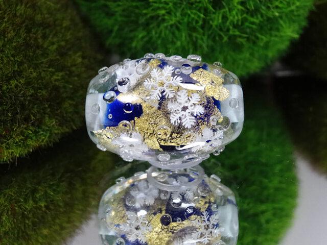 雪の結晶のとんぼ玉(ガラス玉)金箔入りの画像1枚目