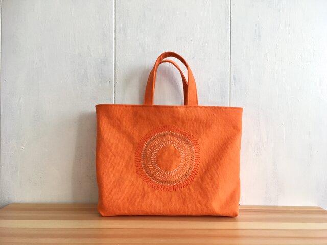 刺繍入り 蜜柑色の鞄の画像1枚目